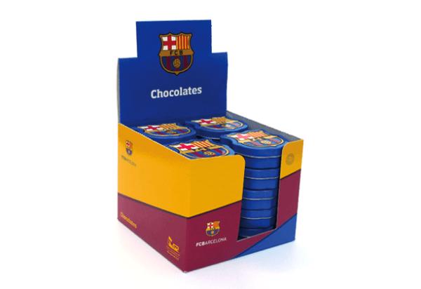 Expositor con 20 latitas del FC Barcelona con forma de escudo del Barça con grageas de chocolate