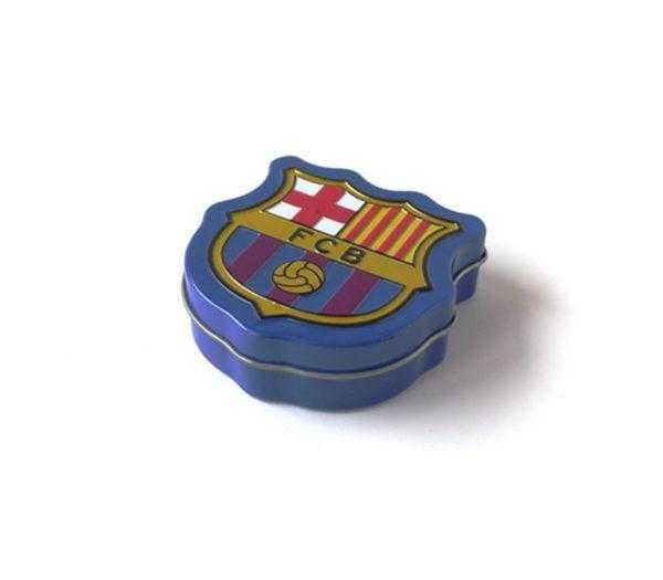 Latita con forma de escudo del Barça con grageas de chocolate